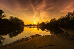 Panorama av den lösa floden med reflexion för molnig himmel för solnedgång, i höst Royaltyfria Bilder