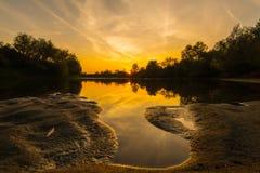 Panorama av den lösa floden med reflexion för molnig himmel för solnedgång, i höst Royaltyfri Bild