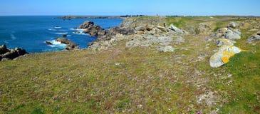 Panorama av den lösa kustlinjen i söder av den Yeu ön arkivfoton