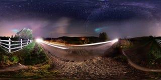 panorama 360 av den lantliga vägrenen på midnatt Royaltyfri Foto