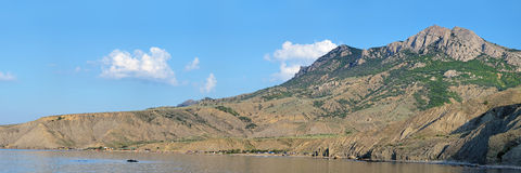 Panorama av den Lisya fjärden och Echki Dag Mountain i Krim, Ukraina Arkivbild