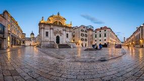 Panorama av den Luza fyrkanten, helgonet Blaise Church och Orlando Column royaltyfria foton