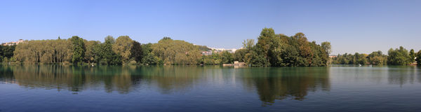 Panorama av den Lyon staden arbeta i trädgården och sjön Royaltyfria Bilder