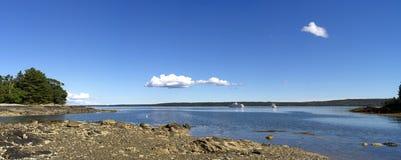 Panorama av den Maine kusten med yachter Arkivfoto