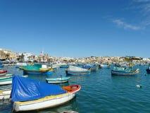 Panorama av den Marsaxlokk hamnen i Malta royaltyfria bilder