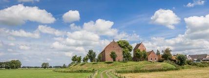 Panorama av den medeltida kyrkan av den Groningen byn Ezinge Royaltyfri Bild