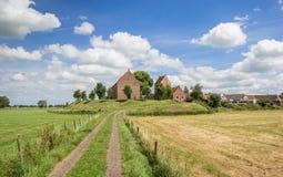 Panorama av den medeltida kyrkan av den Groningen byn Ezinge Arkivfoton