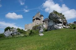 Panorama av den medeltida slotten i Bobolice i Polen arkivfoton