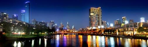 Panorama av den Melbourne staden på natten Arkivbilder