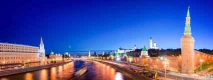 Panorama av den Moskva floden med Kremlin&en x27; s står högt på natten, Moskva, Ryssland arkivbild