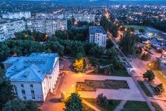Panorama av den nattKryvyi Rih staden royaltyfri bild