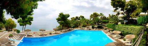 Panorama av den near stranden för simbassäng på det lyxiga hotellet Arkivfoto