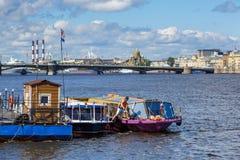 Panorama av den Neva floden okhtinsky petersburg russia för bro saint royaltyfri foto