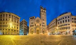 Panorama av den piazzaSan Lorenzo fyrkanten med domkyrkan av Genua, I royaltyfria bilder