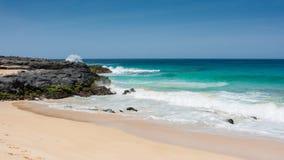 Panorama av den Playa de las Conchas stranden med blå hav- och vitsand La Graciosa, Lanzarote, kanariefågelöar, Spanien royaltyfria foton