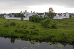 Panorama av den Pokrovsky kloster och floden Kamenka i Suzdal Ryssland Royaltyfri Bild