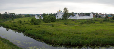Panorama av den Pokrovsky kloster och floden Kamenka i Suzdal Ryssland Royaltyfri Fotografi