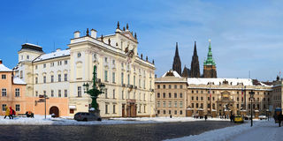Prague slott i vinter med snow Arkivfoton
