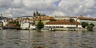 Panorama av den Prague slotten från över den Vltava floden Royaltyfri Bild