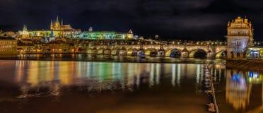 Panorama av den Prague slotten på natten royaltyfri fotografi
