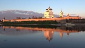 Panorama av den Pskov Kreml i strålarna av inställningssolen pskov russia lager videofilmer