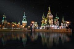 Panorama av den röda fyrkanten på den stjärnklara natten royaltyfri fotografi