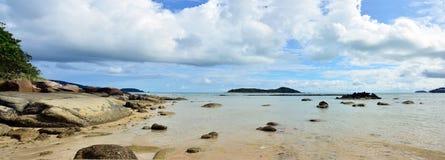 Panorama av den Rawai stranden på havet i Phuket Thailand Arkivfoton
