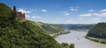 Panorama av den Rhine River dalen med slotten Maus Royaltyfri Bild