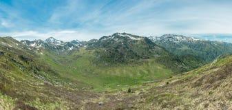 Panorama av den Ruisseau le Rieutort dalen i de franska Pyreneesna fotografering för bildbyråer