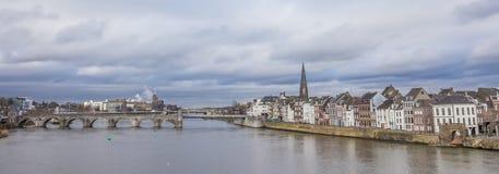Panorama av den Servatius bron och den gamla mitten av Maastricht Royaltyfri Fotografi