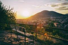 Panorama av den Sheki staden i bergen, Azerbajdzjan Royaltyfri Foto