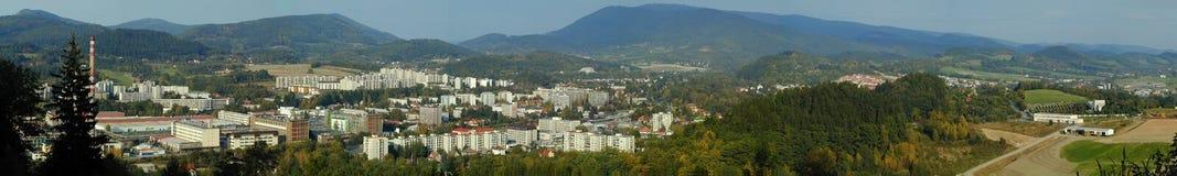 Panorama av den stadsRoznov fröskidan Radhostem, Tjeckien arkivbilder