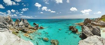Panorama av den steniga Bermuda kusten Arkivbilder