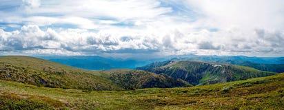 Panorama av den steniga kusten och berg nära Lake Baikal Arkivbilder