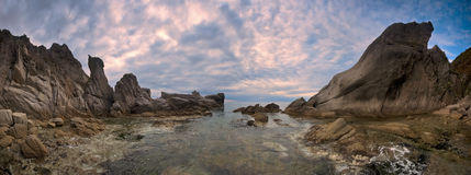 Panorama av den steniga kustlinjen av den mulna dagen för östligt hav Arkivfoton