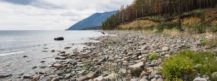 Panorama av den steniga stranden av Lake Baikal Royaltyfri Fotografi