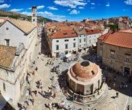 Panorama av den stora fyrkanten för springbrunn för Onofrio ` s i Dubrovnik arkivfoto