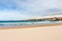 Panorama av den Sydney hamnen till stranden och folket med att surfa Royaltyfri Bild