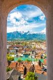 Panorama av den Thun staden, Schweiz med fjällängar och floden Aare Arkivfoton
