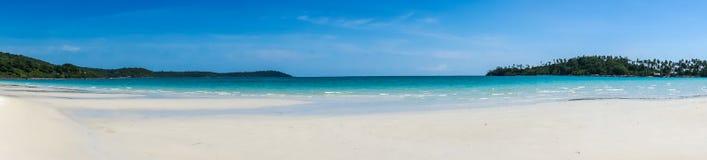 Panorama av den tropiska sandiga stranden av Koh Kood, Thailand hav Royaltyfri Fotografi