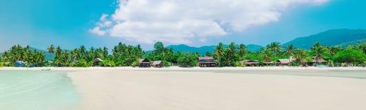 Panorama av den tropiska stranden i koh Phangan, Thailand royaltyfria bilder