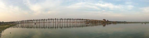 Panorama av den Ubein bron i Mandalay, Myanmar arkivbilder