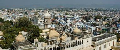 Panorama av den Udaipur staden, sikt från stadsslotten, Rajasthan, Indien Arkivbilder