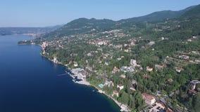 Panorama av den ursnygga sjön Garda som omges av berg, Italien Video skytte med surret lager videofilmer