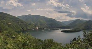 Panorama av den Vacha fördämningen, Devin Municipality, Bulgarien Arkivbilder