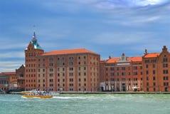 Panorama av den Venetian kanalen Lyxigt hotell Hilton Stucky arkivfoto