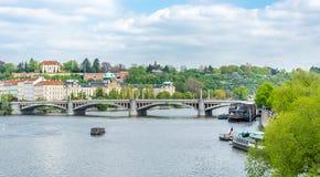 Panorama av den Vltava floden och den fridfulla staden av Prague Arkivfoton