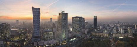 Panorama av den Warsaw staden under sundown Arkivbilder