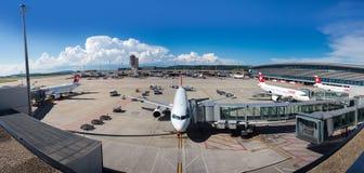Panorama av den Zurich flygplatsen Arkivbilder