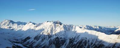 Panorama av det österrikiskt skidar semesterorten av Ischgl Royaltyfri Bild